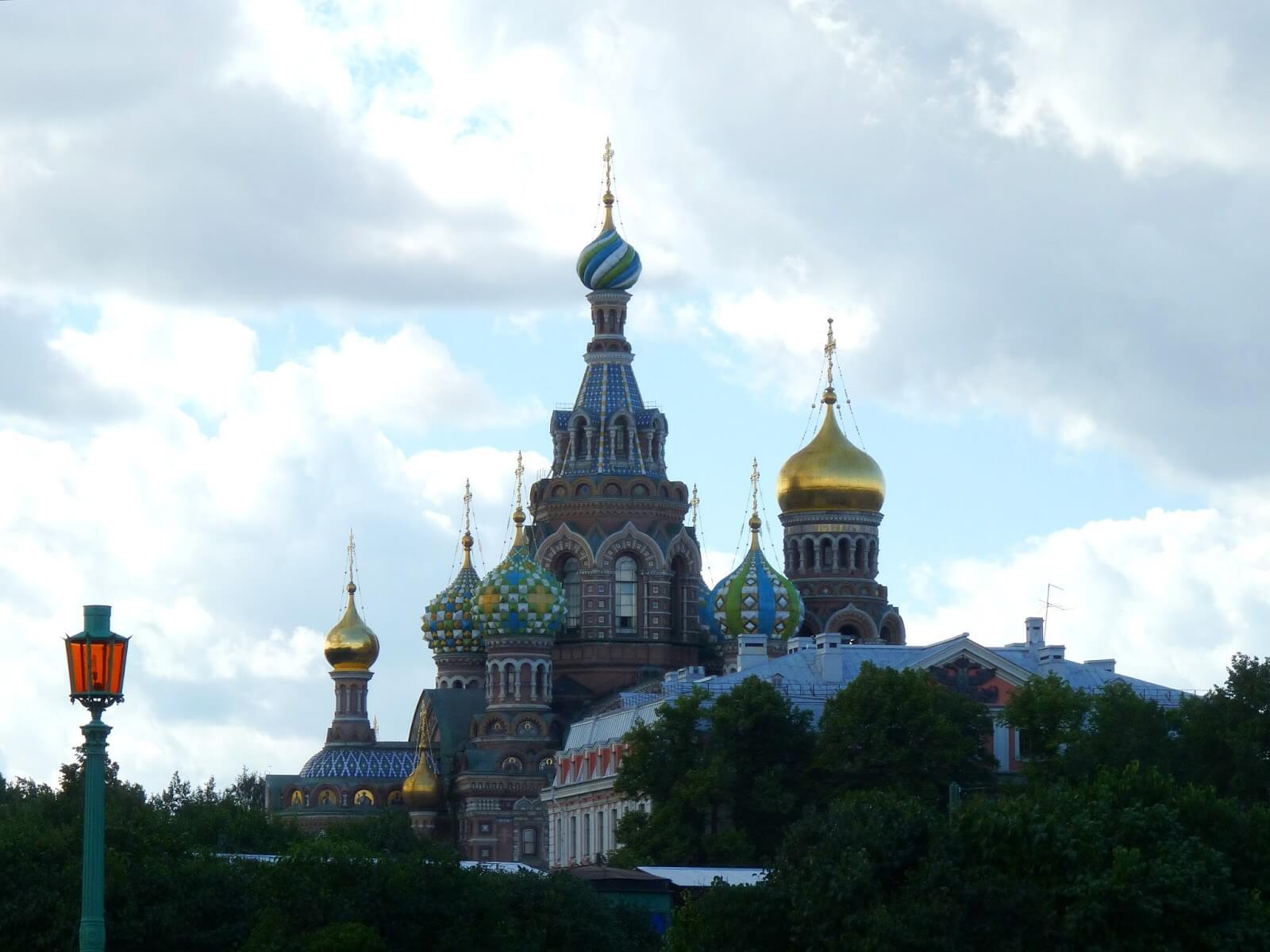 Catedral do Sangue Derramado ao longe São Petersburgo Rússia Mundo Indefinido