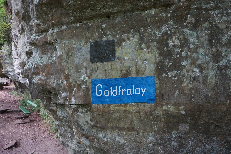 Indicação rocha Goldfralay no trilho de Mullerthal, no Luxemburgo